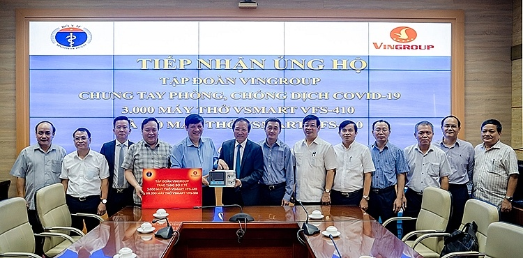Đại diện Tập đoàn Vingroup trao tặng Bộ Y tế 3.000 máy thở Vsmart VFS-410 và 200 máy thở Vsmart VFS-510