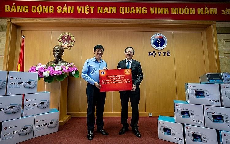 GS Đỗ Tất Cường, Phó Tổng Giám đốc Hệ thống Y tế Vinmec, đại diện Tập đoàn Vingroup trao tặng máy thở cho quyền Bộ trưởng Bộ Y tế Nguyễn Thanh Long.