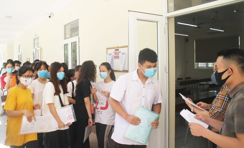 Cán bộ và thí sinh thực hiện thủ tục dự thi tại điểm Trường THPT Chuyên Thái Nguyên