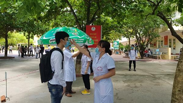 Thí sinh được đo thân nhiệt tại trường THPT Việt Trì