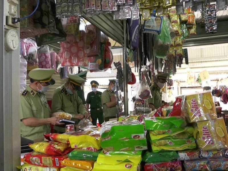 Lực lượng QLTT Quảng Trị tuyên truyền, kiểm tra, giám sát các cơ sở kinh doanh trên địa bàn