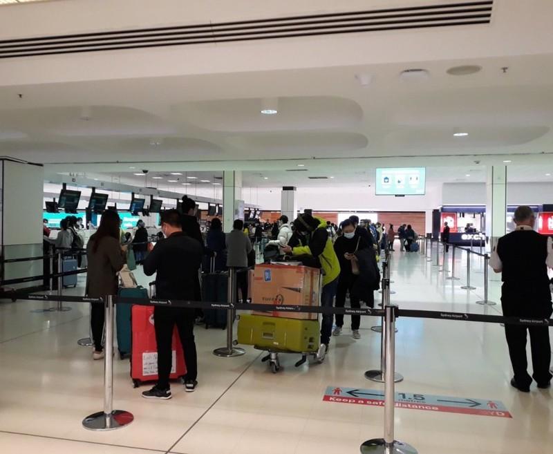 Các công dân làm thủ tục tại sân bay. Ảnh: BNG