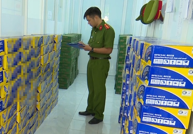 Hàng trăm thùng bia nhập lậu do Việt vận chuyển từ huyện An Phú về TP Long Xuyên. Ảnh: Nghiêm Túc.