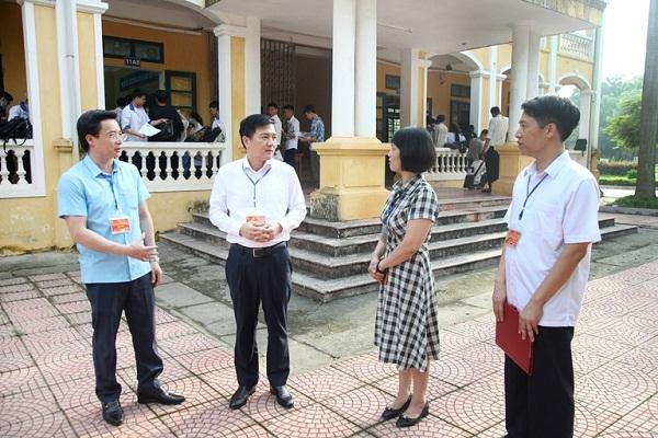 Phó Chủ tịch UBND tỉnh Vĩnh Phúc Vũ Việt Văn kiểm tra công tác tổ chức thi tại điểm thi THPT Nguyễn Thái Học (Vĩnh Yên)