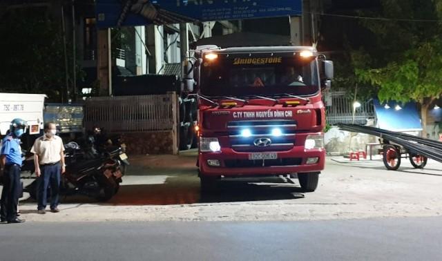 Xe tải và người được đưa đi cách ly theo qui định