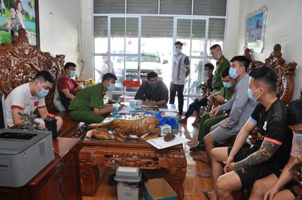 Lực lượng chức năng lập biên bản, khám xét nhà của Nguyễn Quang Vinh - Ảnh: Công an Hải Dương cung cấp