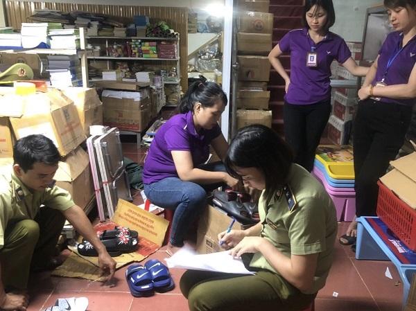 Lực lượng QLTT tỉnh Hà Giang đang tiến hành lập biên bản sự việc