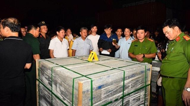 Lực lượng chức năng kiểm tra các khối đá granite có chứa ma túy tại cảng Cát Lái