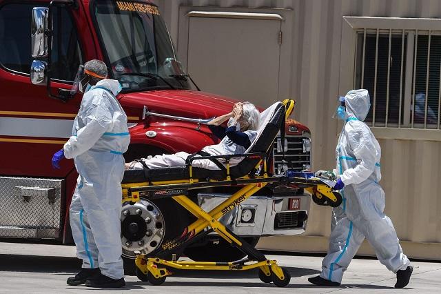 Nhân viên y tế chuyển bệnh nhân COVID-19 ở gần Miami, Mỹ ngày 30/7/2020. Ảnh: AFP/TTXVN