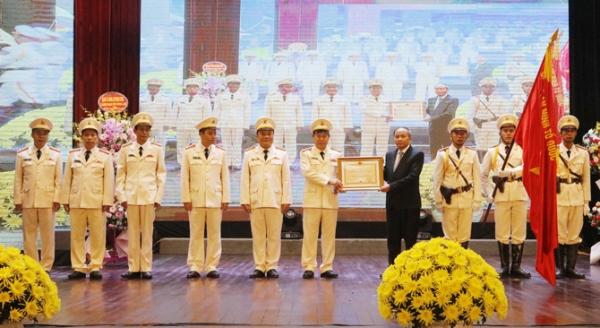 Chủ tịch UBND tỉnh Vĩnh Phúc Nguyễn Văn Trì trao Huân chương Bảo vệ Tổ quốc hạng Nhì cho Công an tỉnh Vĩnh Phúc