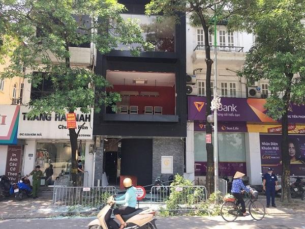 Sau tiếng nổ lớn khiến một nam đầu bếp và 2 nữ nhân viên của nhà hàng bị thương, đã được khẩn trương đưa đi cấp cứu.
