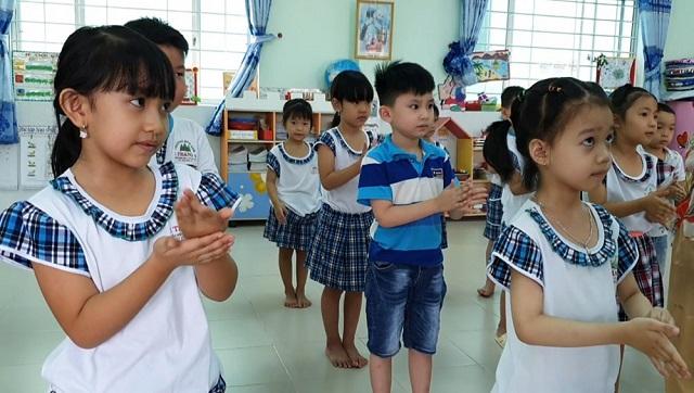 Các bé Trường Mầm non 1 Tháng 6 (quận Ninh Kiều) thực hiện rửa tay trước khi vào lớp học.