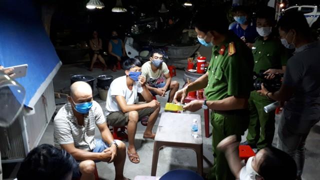 Công an phường Vỹ Dạ kiểm tra 3 lái xe tải khai báo gian dối y tế