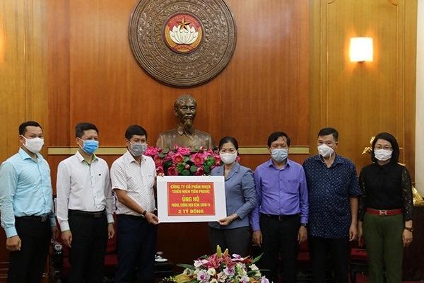 Ông Chu Văn Phương, TGĐ Công ty CP Nhựa Thiếu niên Tiền Phong trao tặng 2 tỷ đồng thông qua Mặt trận tổ quốc Việt Nam gửi đến hai tỉnh Đà Nẵng, Quảng Nam chống dịch
