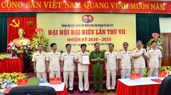 Thứ trưởng Lê Qúy Vương trao Thư khen của Phó Thủ tướng Thường trực Chính phủ Trương Hòa Bình cho Cục CSĐT tội phạm về ma túy