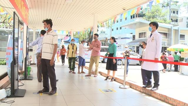 Người dân khai báo y tế điện tử tại Bệnh viện Chợ Rẫy