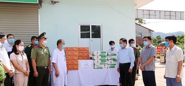 Chủ tịch UBND tỉnh Lạng Sơn, Hồ Tiến Thiệu thăm, động viên, tặng khẩu trang y tế, nhu yếu phẩm cho Trung tâm y tế huyện