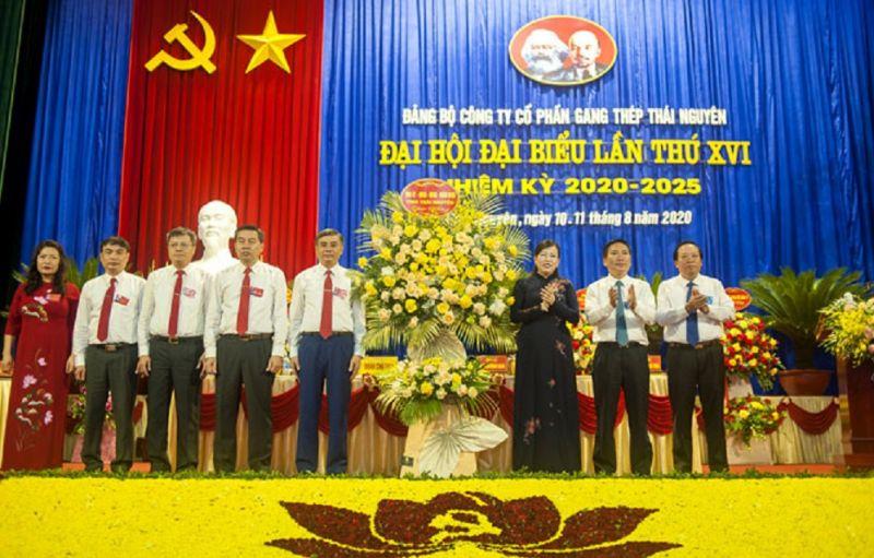 Đồng chí Nguyễn Thanh Hải tặng hoa chúc mừng đại hội