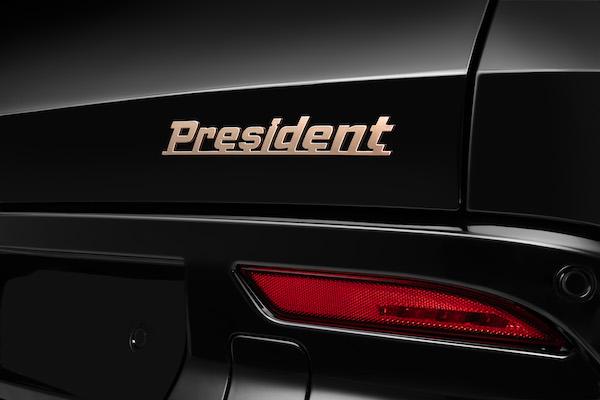Các chi tiết kim loại được sơn vàng đồng tạo cảm giác cao cấp cho thiết kế ngoại thất của chiếc xe