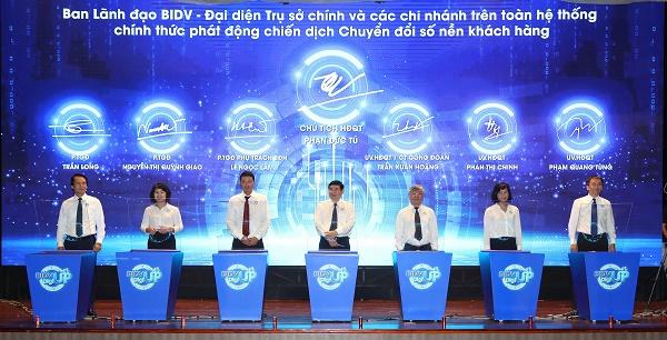 Đại diện Ban lãnh đạo BIDV và 189 Chi nhánh đã ký cam kết điện tử quyết tâm nỗ lực triển khai chiến dịch chuyển đổi số nền khách hàng BIDV thành công