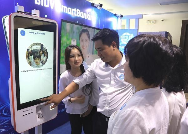 Khách hàng trải nghiệm công nghệ số của BIDV như công nghệ eKYC, đeo kính VR để xem các dự án nhà ở đang được giới thiệu tại BIDV Home