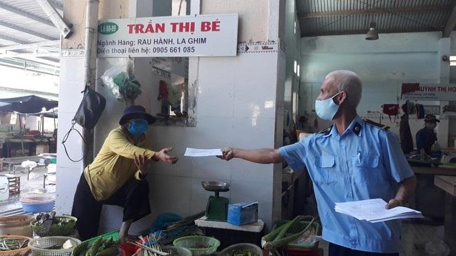 Người dân Đà Nẵng nghiêm túc chấp hành chỉ thị đi chợ ngày chẵn-lẻ của chính quyền thành phố (ảnh: Thanh Niên)