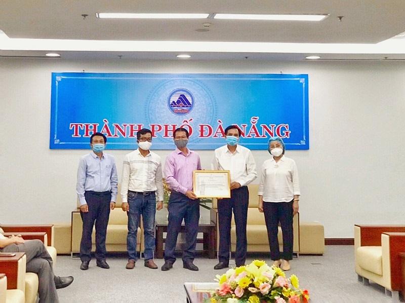 Đại diện Tập đoàn PPC An Thịnh trao tặng máy móc, thiết bị y tế cho TP. Đà Nẵng