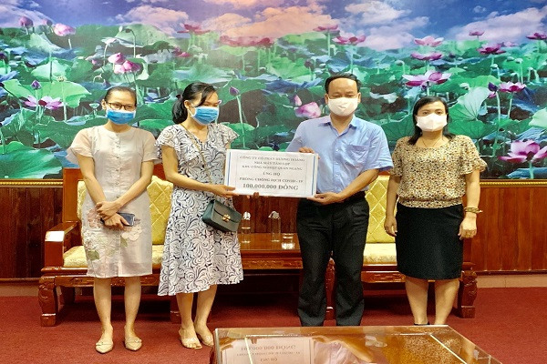 Nhà máy Sản xuất tấm lợp - Công ty Cổ phần Hoàng Hương trao tặng 100 triệu đồng cho Quỹ phòng, chống dịch Covid-19 tỉnh