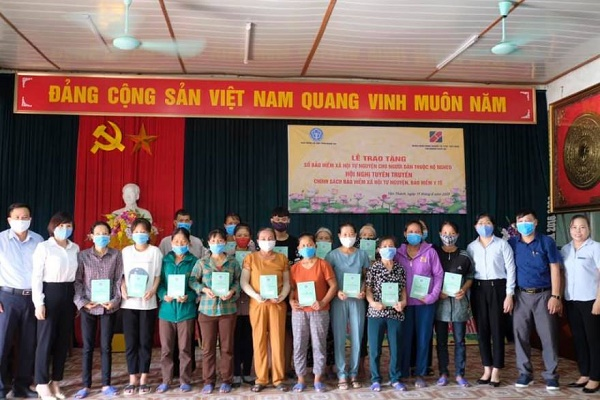 Agribank Nghệ An trao tặng sổ Bảo hiểm xã hội tự nguyện cho bà con nhân dân xã Đồng Thành