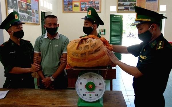 Đối tượng Nguyễn Tiến Toản  cùng tang vật bị bắt giữ