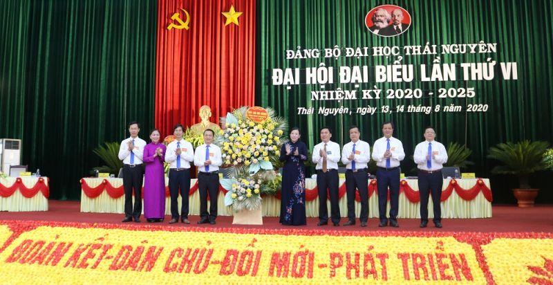 Đồng chí Nguyễn Thanh Hải, Ủy viên Trung ương Đảng, Bí thư Tỉnh ủy, Trưởng đoàn đại biểu Quốc hội tỉnh Thái Nguyên tặng hoa chúc mừng Đại hội.