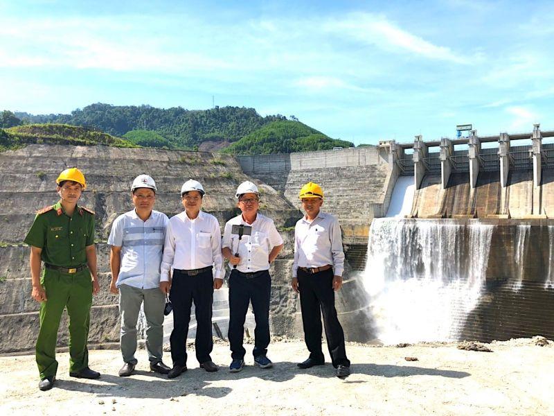 Ban chỉ huy PCTT&TKCN huyện Nam Giang và Công ty kiểm tra hạng mục Đập tràn Nhà máy Thuỷ điện Sông Bung 4  đảm bảo an toàn khi vận hành xả tràn điều tiết hồ chứa, trong mùa mưa lũ năm 2020