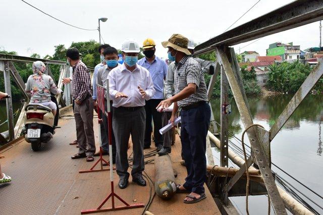 Chủ tịch UBND tỉnh TT Huế  Phan Ngọc Thọ (đội mũ trắng) đến kiểm tra trực tiếp công trình cầu Phú Lưu