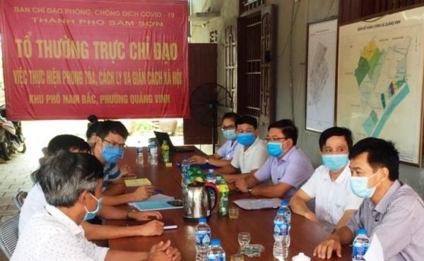 Lãnh đạo Trung tâm Kiểm soát bệnh tật tỉnh Thanh Hoá kiểm tra, chỉ đạo rà soát những người trở về Sầm Sơn để cách ly y tế kịp thời, hiệu quả.