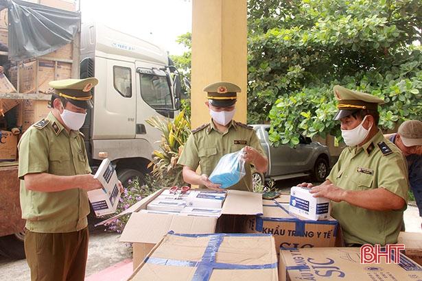 Qua kiểm tra, lực lượng chức năng phát hiện trên xe chở 390.000 khẩu trang y tế...