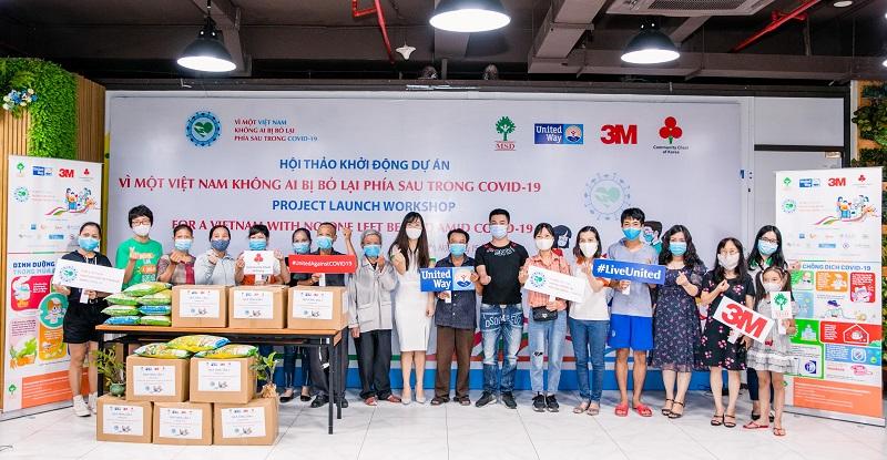 Đại diện các gia đình tại Hà Nội nhận quà từ dự án trong chương trình