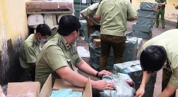 Lực lượng chức năng kiểm tra, niêm phong hàng hóa bắt giữ