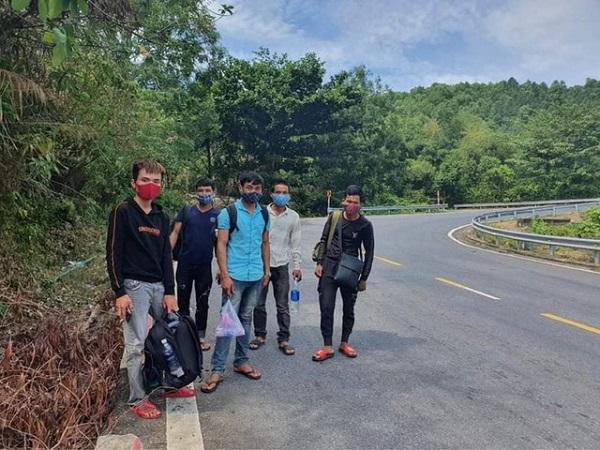 Số lao động Nghệ An đi bộ từ Đà Nẵng qua đèo Hải Vân để tìm đường về quê được các cơ quan chức năng áp tải quay lại Đà Nẵng (Ảnh Dân trí)