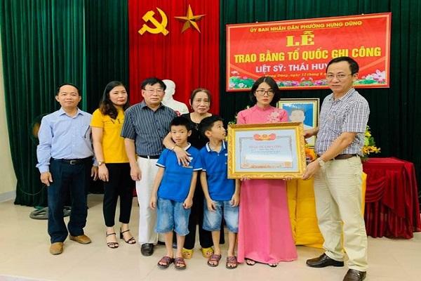 Người nhà liệt sỹ Thái Huy Hào nhận Bằng Tổ quốc ghi công cho liệt sỹ