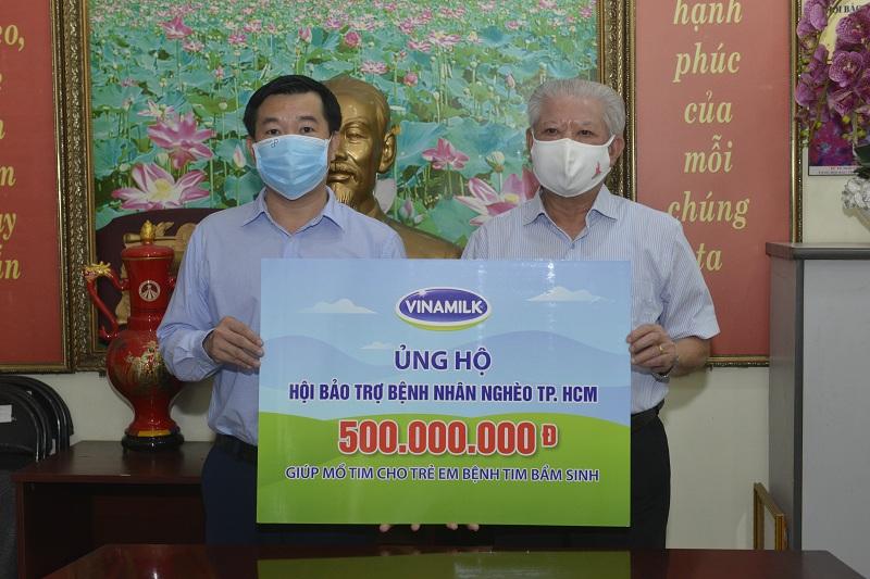 Ông Đỗ Thanh Tuấn, Giám đốc Đối ngoại công ty Vinamilk trao tặng kinh phí mổ tim cho trẻ em có hoàn cảnh khó khăn đến Hội Bảo trợ Bệnh nhân nghèo Tp.HCM.