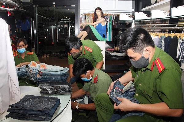 Công an TP. Long Xuyên kiểm tra và thu giữ nhiều mặt hàng thời trang không rõ nguồn gốc tại hộ kinh doanh Vỹ Thành Công (Vicky Victoria's)