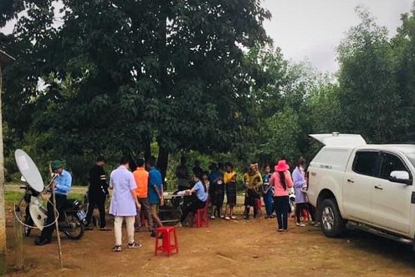 Cơ quan chức năng Quảng Trị lấy mẫu kiểm tra bạch hầu ở thôn Nguồn Rào - Pin