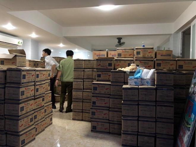 Lực lượng chức năng kiểm tra một cơ sở sản xuất khẩu trang tại TP. HCM