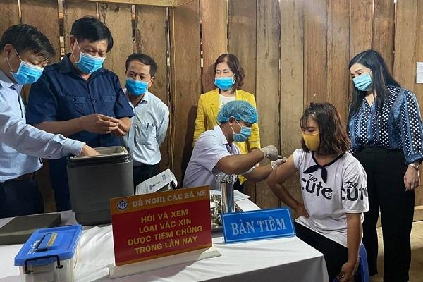 Thứ trưởng Bộ Y tế kiểm tra công tác tiêm phòng bệnh bạch hầu (Ảnh: BYT)