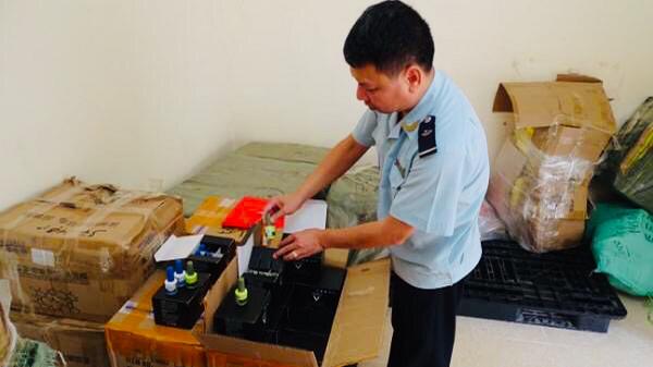 lực lượng Hải quan Quảng Ninh đã liên tiếp bắt giữ 2 vụ tập kết mỹ phẩm, thu giữ hơn 1000 sản phẩm mỹ phẩm nhập lậu.