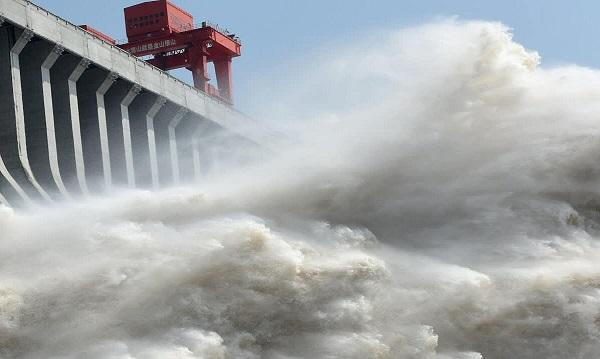 Do mưa lớn kéo dài, nhiều thủy điện của Trung Quốc bắt buộc phải xả lũ (Ảnh: Reuters)