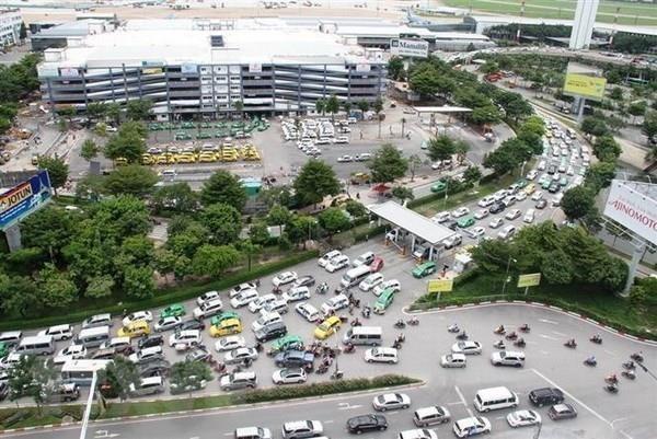 Các phương tiện lưu thông bên ngoài sân bay Tân Sơn Nhất (TP.HCM)