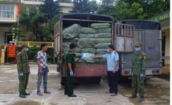 Phương tiện chở khẩu trang y tế không rõ nguồn gốc xuất xứ bị tạm giữ