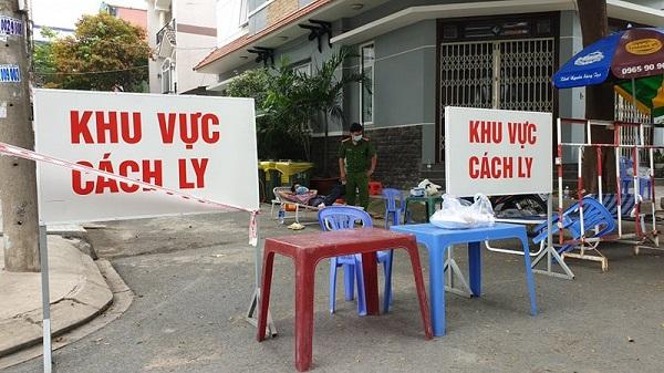Khu vực nơi ở của bệnh nhân tái dương tính ở quận Tân Phú được cách ly sau khi phát hiện dương tính