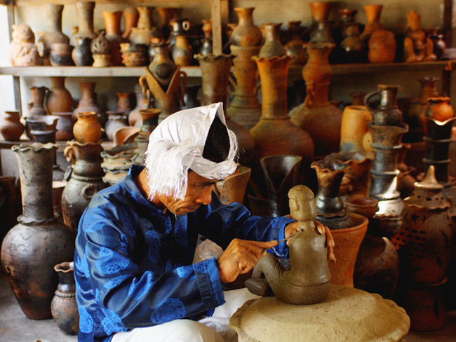 Chế tác gốm ở Làng nghề Gốm Bàu Trúc